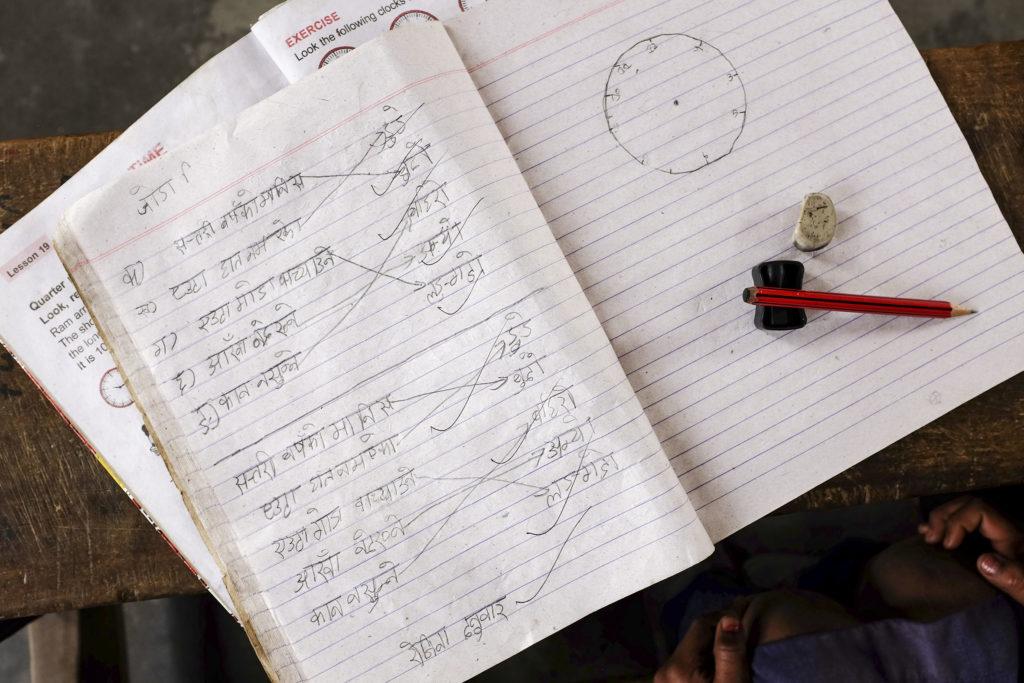 Kouluvihko jossa nepalinkielistä kirjoitusta.